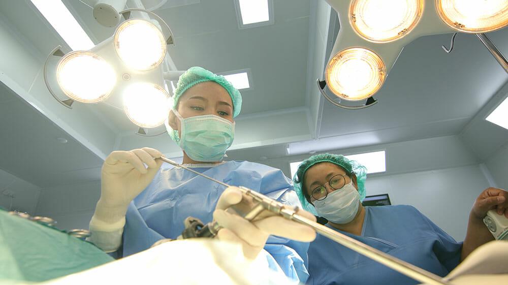 การผ่าตัดหมอนรองกระดูกผ่านกล้องเอ็นโดสโคป (Endoscopic discectomy)